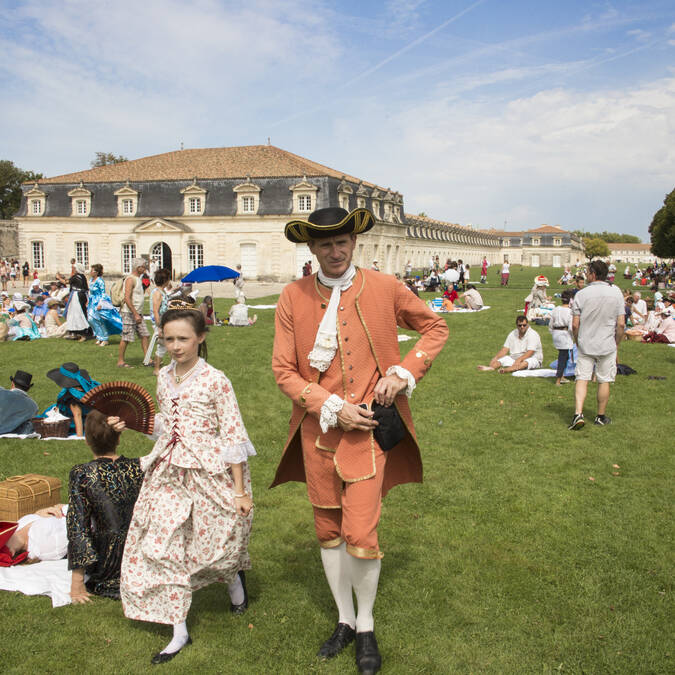 Reconstitution historique avec défilé de personnes costumées à Rochefort, fin Août - © Simon David