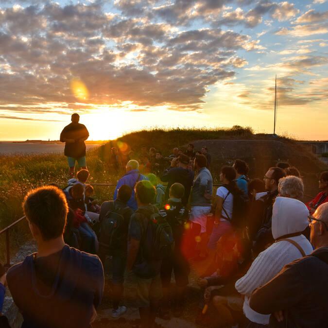 Dominique partage l'histoire et les anecdotes du fort Enet au coucher du soleil - © Dominique Droin