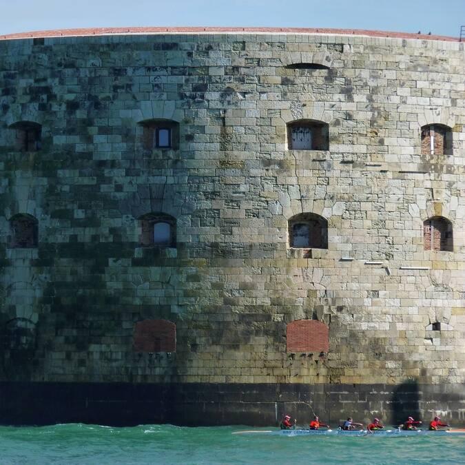 Tour du Fort Boyard en pirogue lors du Fort Boyard Challenge de Fouras-les-Bains - © Petibowom