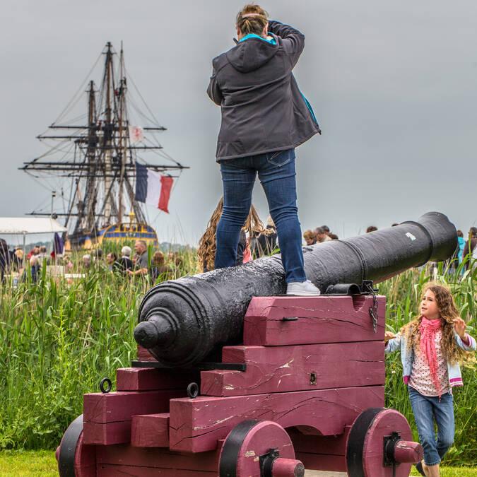 De nombreux personnes étaient présentes en bord de Charente pour le retour de l'Hermione à Rochefort - © Images & Émotion