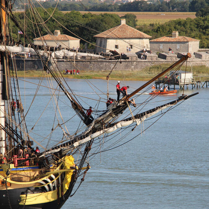 The frigate Hermione passing the Fort Lupin on the Charente river - © David Compain - Ville de Rochefort