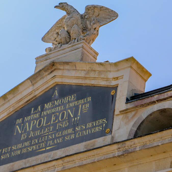 Fronton triangulaire de la façade du Musée Napoléon de l'île d'Aix, sommé d'un aigle aux ailes déployées - © Office de tourisme de Rochefort Océan