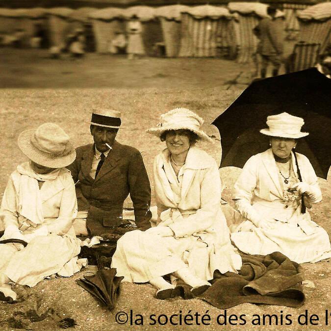 Napoléon Gourgaud, l'arrière-petit-fils du général du même nom, et sa femme, la baronne Eva Gourgaud, sur la plage de l'île d'Aix - © La société des amis de l'île d'Aix