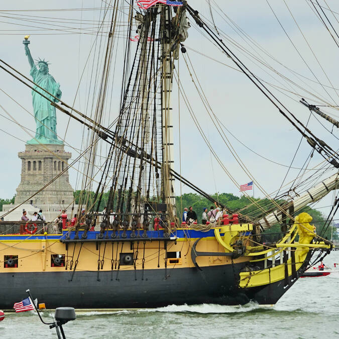L'Hermione salue la statue de la liberté lors de son escale new-yorkaise, tout un symbole - © Office de tourisme Rochefort Océan