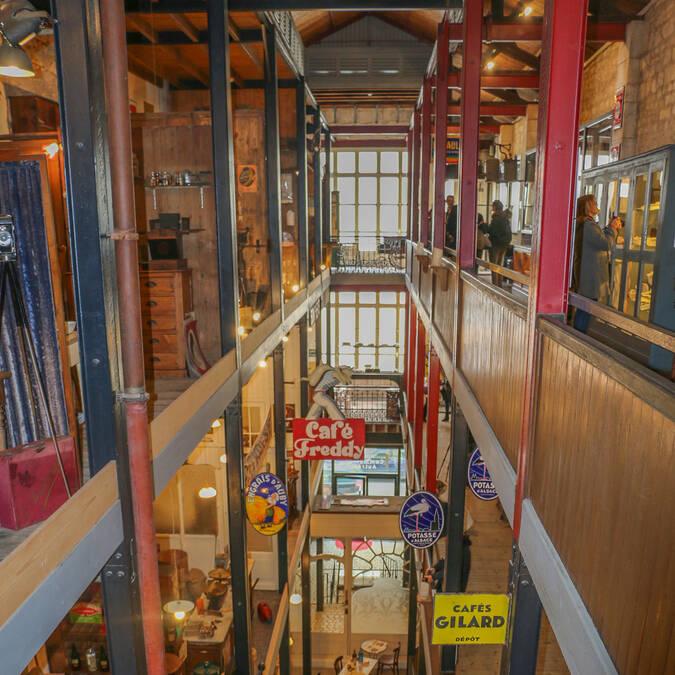 Découvrez les boutiques reconstituées du Musée Commerces d'Autrefois à Rochefort dans ce grand immeuble sur 4 étages - © Office de Tourisme Rochefort Océan