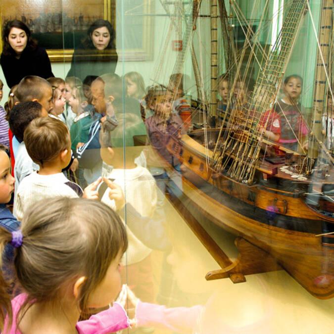 Les enfants s'intéressent aux gros bateaux construits à Rochefort - © Pascal Robin