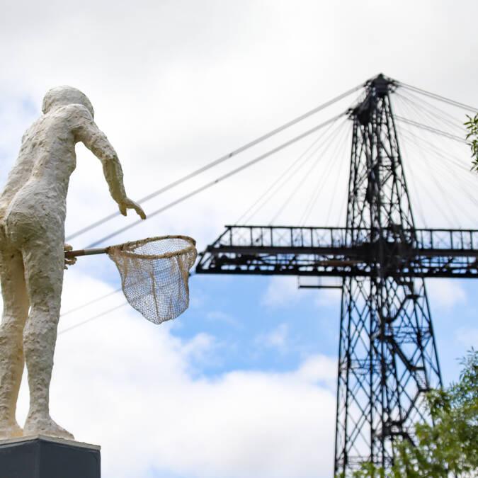 Statue avec une épuisette du Sentier des guetteurs