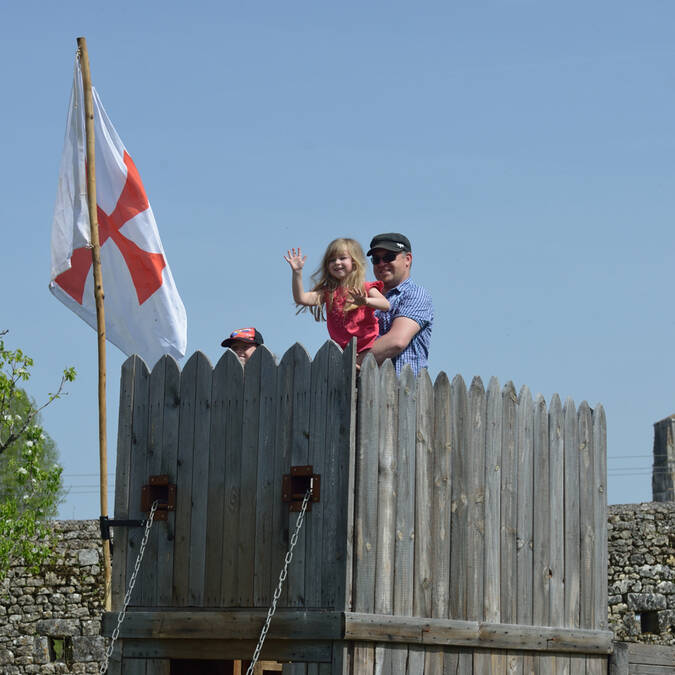 A family outing at the Fortified castle of St Jean d'Angle - © Château fort de St Jean d'Angle