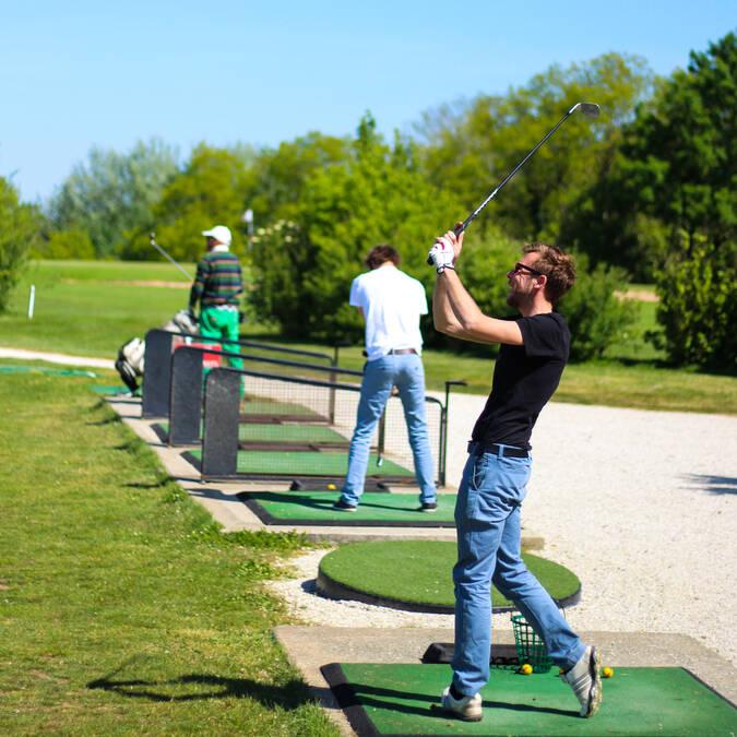 Practice de 25 places sur herbe et tapis au Golf Rochefort Océan - © Office de tourisme Rochefort Océan