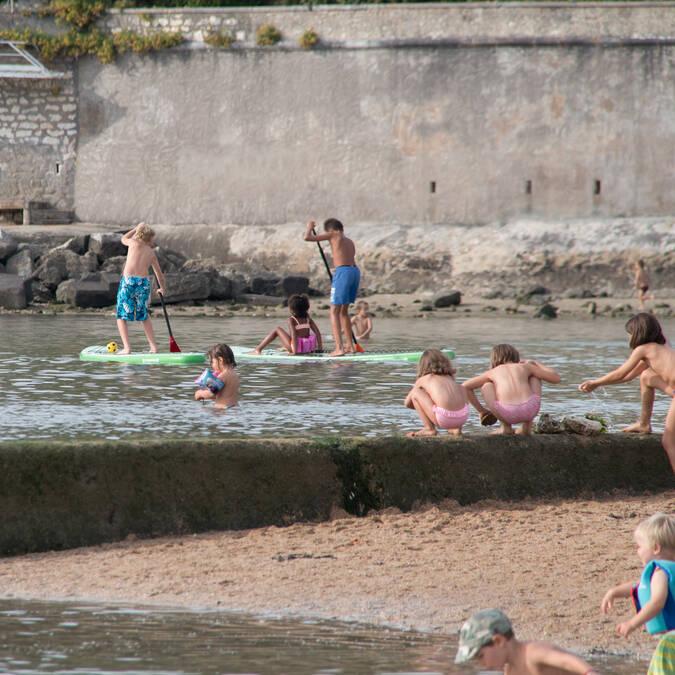 Apprentissage du paddle pour les enfants sur la retenue d'eau de mer de Fouras-les-Bains - © David Compain - Ville de Rochefort