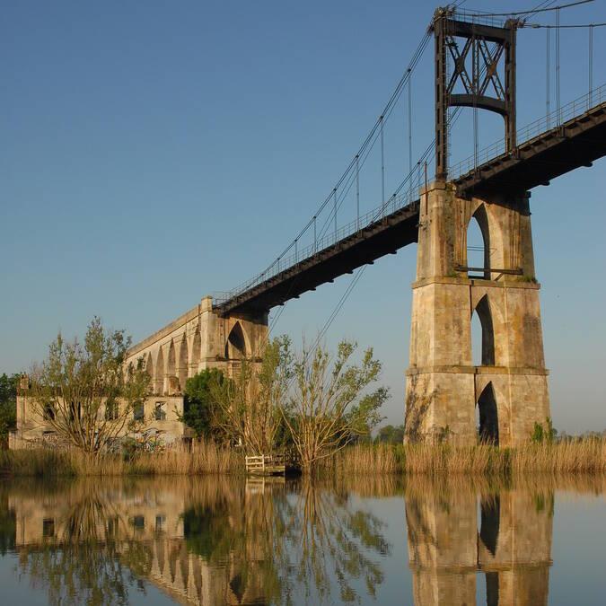 Halte fluviale à Tonnay-Charente et son Pont Suspendu classé Monument Historique - ©  Dominique Szatrowski - Fotolia