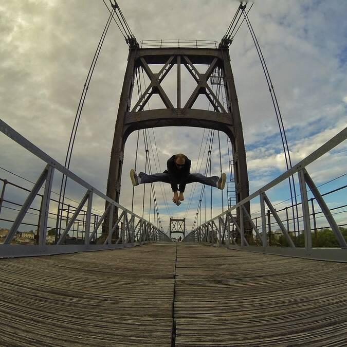 Jump on the Suspended bridge in Tonnay-Charente - © Petibowom