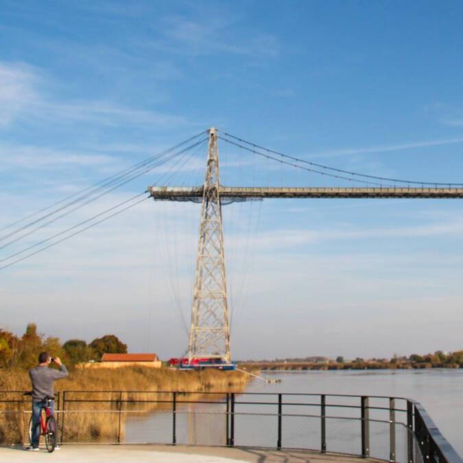 Balade à vélo sur les sentiers de Charente, au pied du Pont Transbordeur - © Office de tourisme Rochefort Océan