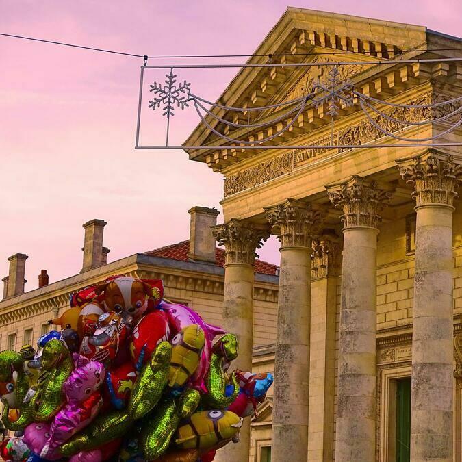 Ballons devant l'église St Louis ©Cindy Idr